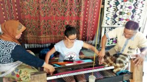 Learning how to hand-weave at Patuh Cooperative